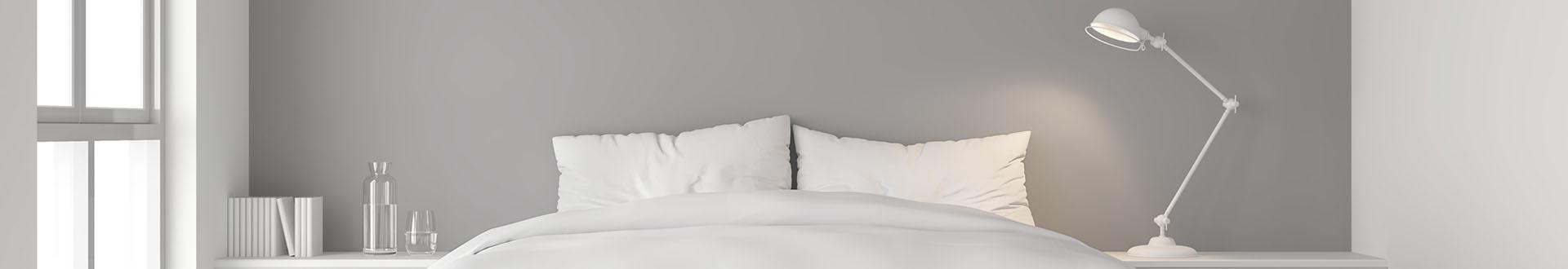łóżko i lampka